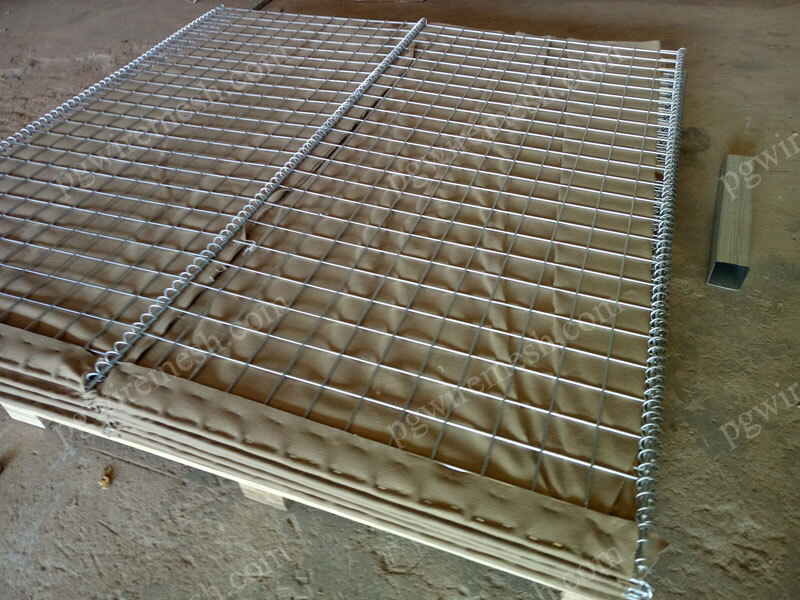 Heavy-duty galvanized defensive barrier/hesco sand bags lined with geotextile China factory